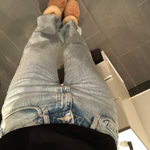 långa rowe jeans från weekday i storleken w29 l32, de är endast använda 2 ggr och mycket eftersökta!!💕💕 kan mötas i tekniska högskolan, danderyds sjukhus och mörby centrum! om jag skickar de på posten så ingår inte frakten💕💕