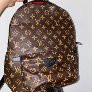 Liten Louis Vuitton ryggsäck kopia. Köpt utomlands. Inte använd. Högsta bud 305kr inkl frakt! Buda gärna i kommentarerna💕