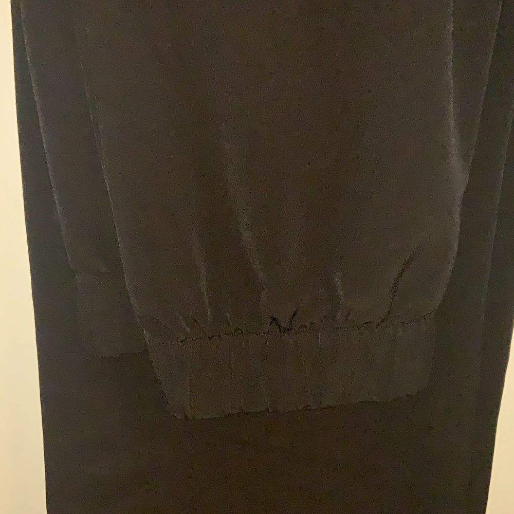 Raka svarta byxor sällan använda och är i topp skick . Jeans & Byxor.
