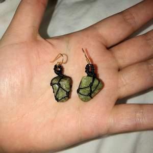 Egentillverkade makramé ögonfärgen med gröna stenar.