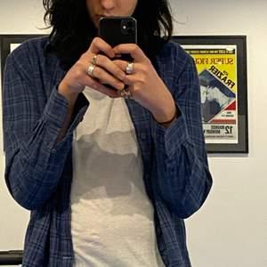 Thriftad skjorta. Size M.