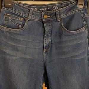 snygga mörkblåa jeans