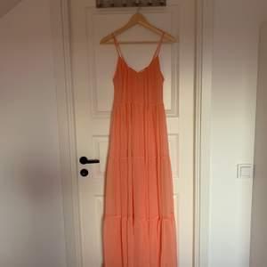 Hej! Säljer denna underbara maxi/balklänningen från Vila. Har endast andvänt den en gång, skriv till mig för fler bilder eller frågor. Storlek M men passar även S 😊