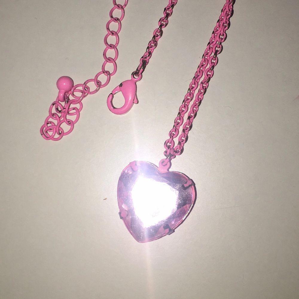 Nion (ish) rosa halsband💞 själva hjärtat är 1,5cm och kedjan är 51cm. Accessoarer.
