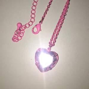 Nion (ish) rosa halsband💞 själva hjärtat är 1,5cm och kedjan är 51cm