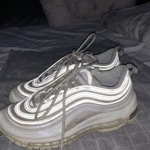 Säljer mina älskade vita Nike air Max 97:or i storlek 37. Använda men funkar utmärkt, nypris 1699kr! Säljer för 550kr(pris kan diskuteras)