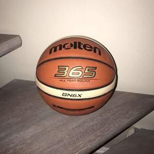 Säljer en molten boll i storlek 6 funkar både ute och inne knappt använd.
