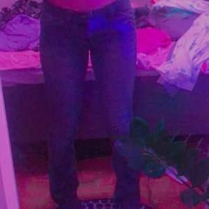 SÄNKT PRIS!! Så coola lågmidjade jeans med fina detaljer, köpta second hand. Inte bootcut/flare men absolut inte tajta hela vägen heller, lite utsvängda. Från only jeans, jag är 165 cm lång! Det står både 38 och 34 i jeansen men jag brukar ha 36/38 och dom passar mig bra, men passar också mindre om man har skärp eller skosnöre osv!! 90kr + 44kr frakt = 134kr