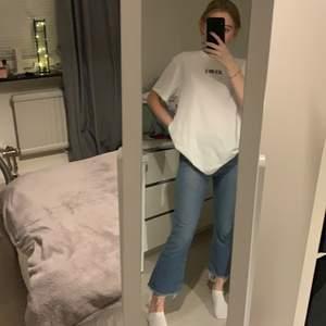 Säljer mina fina blåa Tommy Hilfiger jeans. Köpta förra året men har bara använts 1-3 gånger. Väldigt bra skick och inga skador. Byxorna passar ungefär för nån som är mellan 158-162 cm. Köparen står för frakten💗