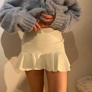 En suuupersnygg kjol som tyvärr är lite liten, storlek xs men passar s. Från zara men köpt i vintagebutik. Aldrig använd av mig. Har ett litet hål precis under dragkedjan men det syns knappt och är lätt att sy igen. Buda!
