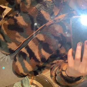 Säljer denna fina jacka som har ett mönster av militär. Den har två fickor och detaljerna är i färgen orange. Andvänd fåtal gånger