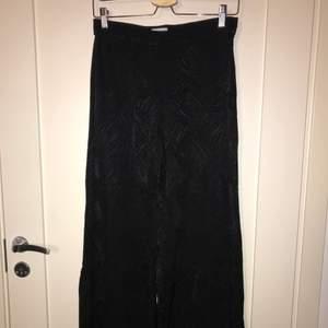 Svarta byxor med vida ben! Har svarta detaljer i sitt tyg som ger en stilren känsla och lyfter upp det mörka i byxorna ;)) köpta från weekday i storlek 36! 🌟 köparen står för frakt 😇