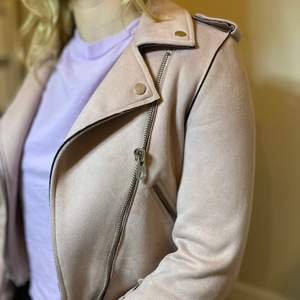 120kr inklusive FRAKT!!!💘                                                                          Trendig jacka från Zara i mackaimitation, stl XS. Fint skick! Silverdetaljer samt ett skärp i midjan, jackan går att använda både öppen och stängd. Väldigt nöjd med den! Nu har den gjort sitt och passar mig inte längre.💗💗💗💗