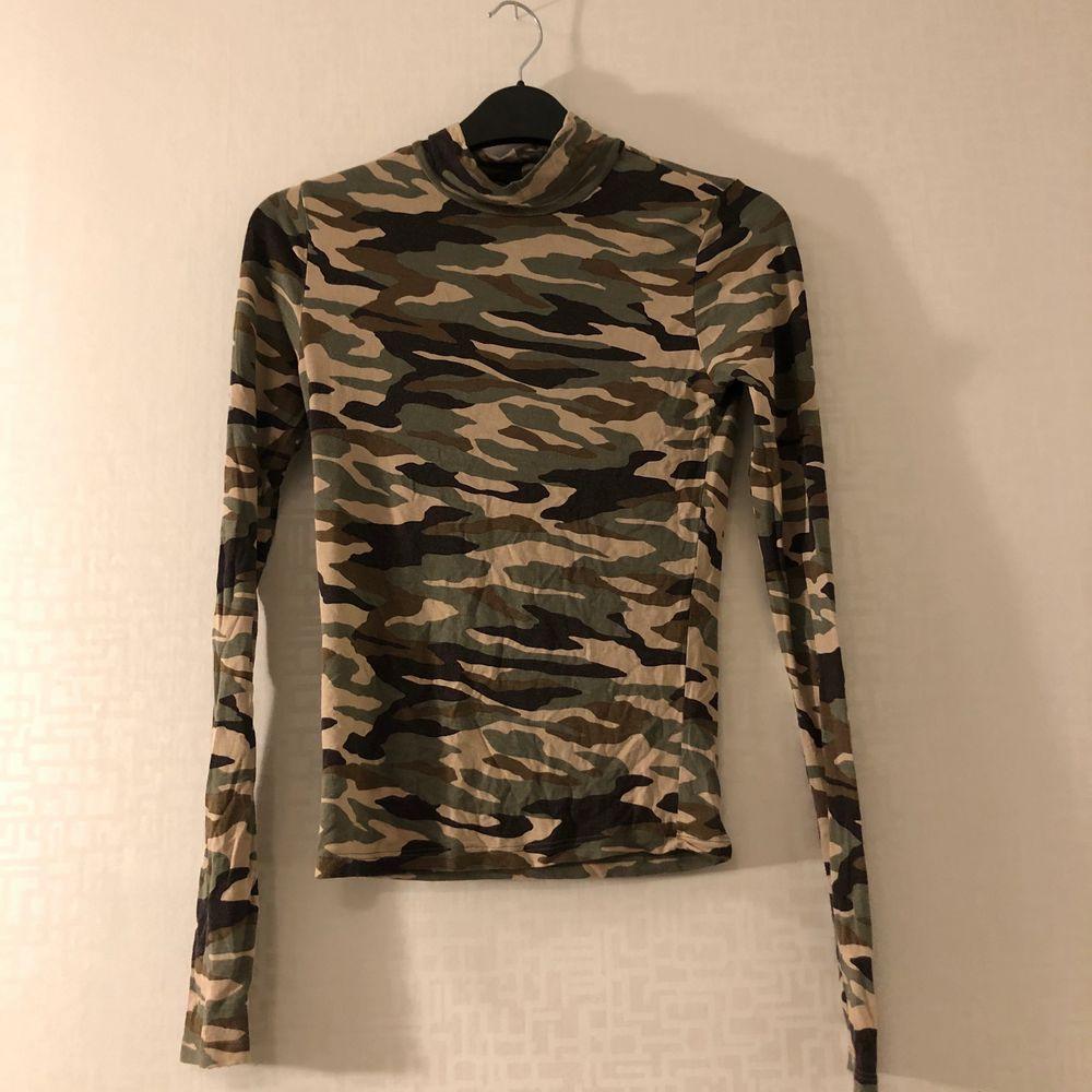 Kamouflagemönstrad långärmad tröja. Sparsamt använd. Storlek XS. 69kr.. Toppar.