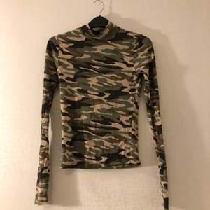 Kamouflagemönstrad långärmad tröja. Sparsamt använd. Storlek XS. 69kr.