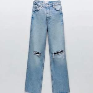 Intressekoll på dessa populära  jeans från zara. Inte så använda, väldigt bra skick. Jag är 170 cm och klippta lite för att det var för långa. Skriv vid intresse 💓💓