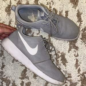 Säljer mina gråa Nike Roshe run one 39. Slutsålda. Är använda men ändå bra skick, väldigt sköna. Skriv gärna till mig om du är intresserad istället för att bara likea:)
