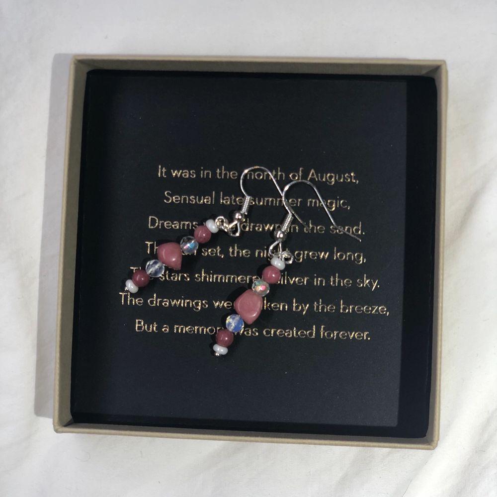 Nu säljer jag dessa handgjorda örhängena! Kolla in min profil för fler handgjorda smycken. Nickelfria så funkar för allergiska. 80 kr styck + frakt eller 2 för 150 kr (fri frakt) Vill du designa dina egna örhängen eller andra smycken så är det bara att skicka ett pm och så kan vi komma överens över något💕. Accessoarer.