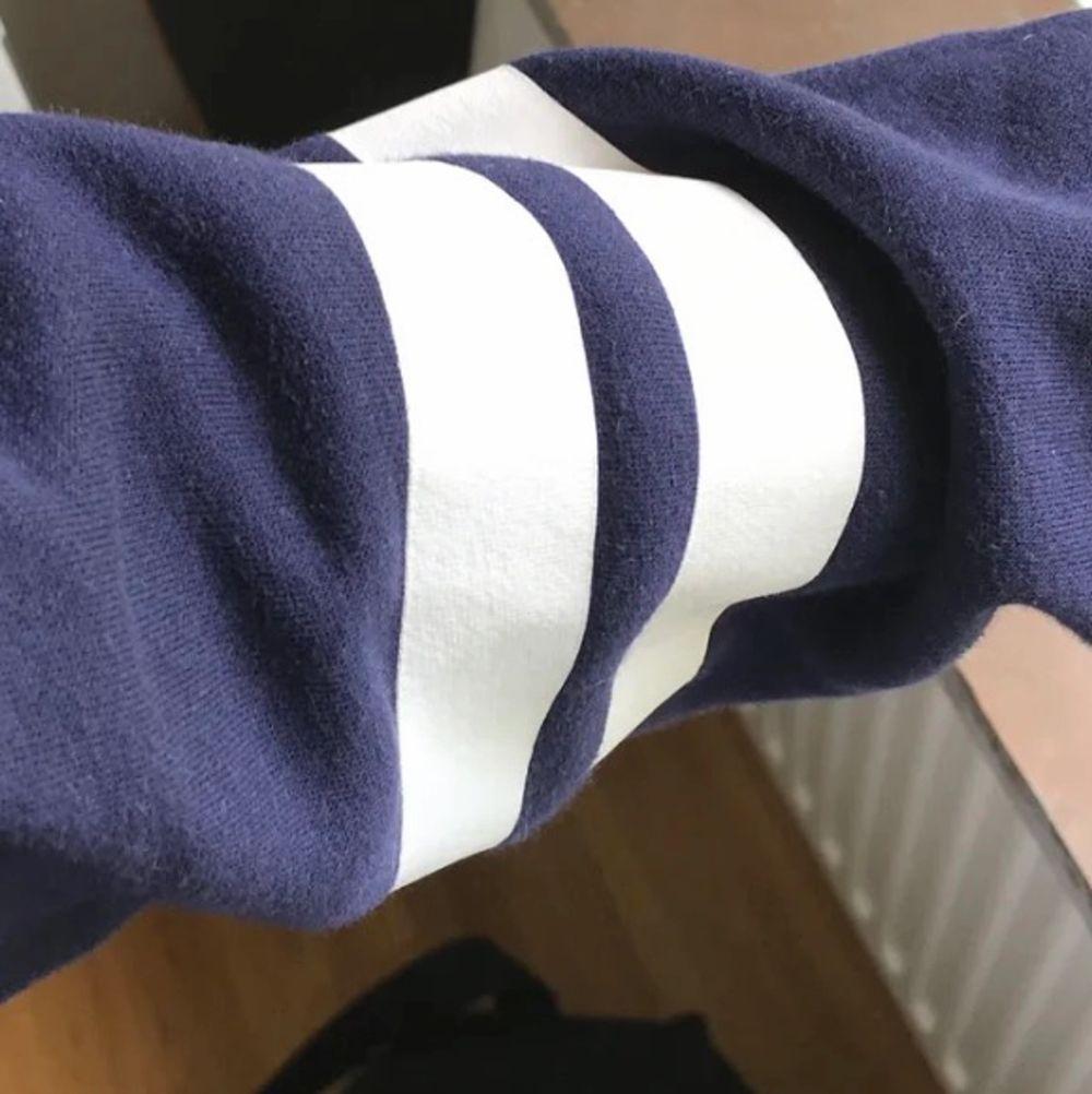 Fin collegetröja som inte används mycket. Kan styla med nästan vad som! 50kr+ frakt. . Huvtröjor & Träningströjor.
