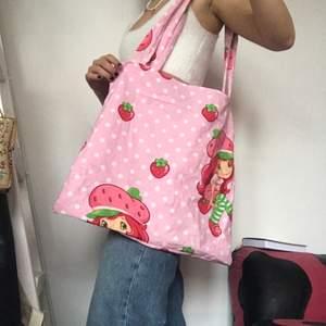 Strawberry shortcake tygväska sydd av mig så one of a kind! Kom privat vid intresse. Köpare betalar frakt. Väldigt rymlig, både skolböcker och dator får plats. Checka min instagram viridi.designs för mer!