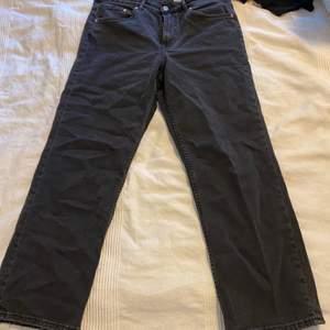 Raka jeans ifrån HM i storlek 42, endast använd 2 gånger så absolut inte slitna. Säljes då dom inte riktigt är min stil. Jag är 164 cm lång och brukar ha 38 40 på jeans och på mig sitter dom perfekt både i längd och på.  150 + frakt eller högst budande + frakt ☺️