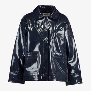 Skitsnygg jacka i lackmaterial från Weekday (Electra patent jacket) i storlek L, snygg att ha som oversize! Bilderna är tagna från Zalando. Du får självklart bild på att jag har jackan och paketet innan jag skickar det! Jackan är köpt här på plick men i nyskick då hon jag köpte den av inte hade använt den mycket. Aldrig använd av mig då jag köpte en annan precis efter denna och kände att det var onödigt med två! 🥰