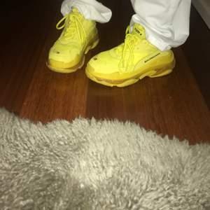 Gula balenciaga skor triple S(fejk). Det står att det är storlek 38 men de är för stirra för mig som har 38, så en 39 skulle lät kunna ha dem. Pris kan diskuteras!