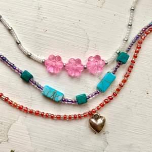 Korta halsband jag gjort själv, jättefint att kombinera med andra längre halsband :) samma priser som på allt annat! 🦎1 plagg 30kr🦎2 plagg 50kr🦎3 plagg 70kr🦎4 plagg 95kr🦎5 plagg 120kr🦎