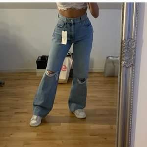 Säljer dessa sjukt snygga zara jeans. Slutsålda och väldigt populära!! Endast använda några gånger och i nyskick! Stor efterfrågan på dessa! Köpta för 399+frakt och säljer för 250+frakt!! Skriv om ni har frågor!! Lånad bild🥰 BUD LIGGER PÅ 350kr+frakt!! AVSLUTAS IKVÄLL!!!