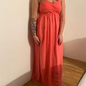 Jätte fin klänning från Nelly. Använd 1 gång på ett bröllop.