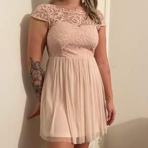 Jättefin klänning som e använd ca 5 gr. Är i storlek M men kan vara för liten för dig med stor byst och har M