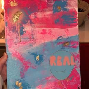 Abstrakt tavla målad av mig, har gula accenter på så som ritat med guld och guldflakes. Storleken är 30x40 tror jag. Skriv i chatten för fler och mer detaljerade bilder! Kan fraktas mot kostnad. Hör av dig på insta för att veta mer om fler tavlor eller beställa en tavla utifrån egna önskemål!❤️ INSTA: @Lillybarck