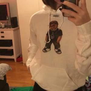 Helt ny Travis Scott bear hoodie från fashion bear, säljer pga vill ha den mer oversized💛 köpte för 600
