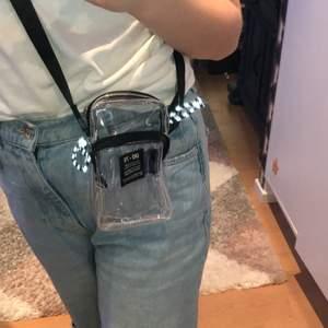 En super söt genomskinlig väska från Urban outfittears :) har även reflex vilket är bra nu till det mörka vädret :) buda från 179kr, jag uppdaterar här vad priset höjs till :))