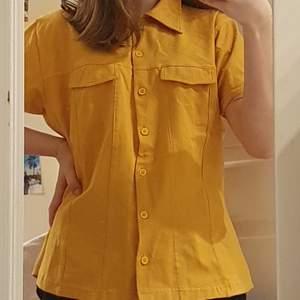 Snygg senapsgul skjorta som jag köpt begagnat, är egentligen en storlek 38-40 men passar mig som är en xs-s bra och oversized. Perfekt att ha som den är eller som