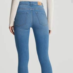 Jeans från Gina Tricot i modellen Molly high waist jeans strl xs. Använt skick. Lånad bild från Gina Tricot för att se hur de sitter.