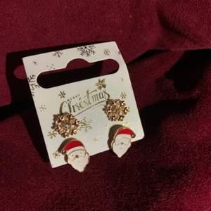 Två par riktigt fina julörhängen för bra pris! Julen är inte slut än så passa på att ha dessa fin fina örhängen. Och snöflinge-örhängen passar perfekt nu till vintern. Örhängena är aldrig använda eller öppnade.