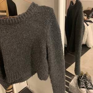 Grå stickad tröja ifrån Zara i strl M!!! Jättefin och hur mysig som helst, fungerar även på mig som har strl S 🤍🤍 köparen står för frakt, buda i kommentarerna!!!