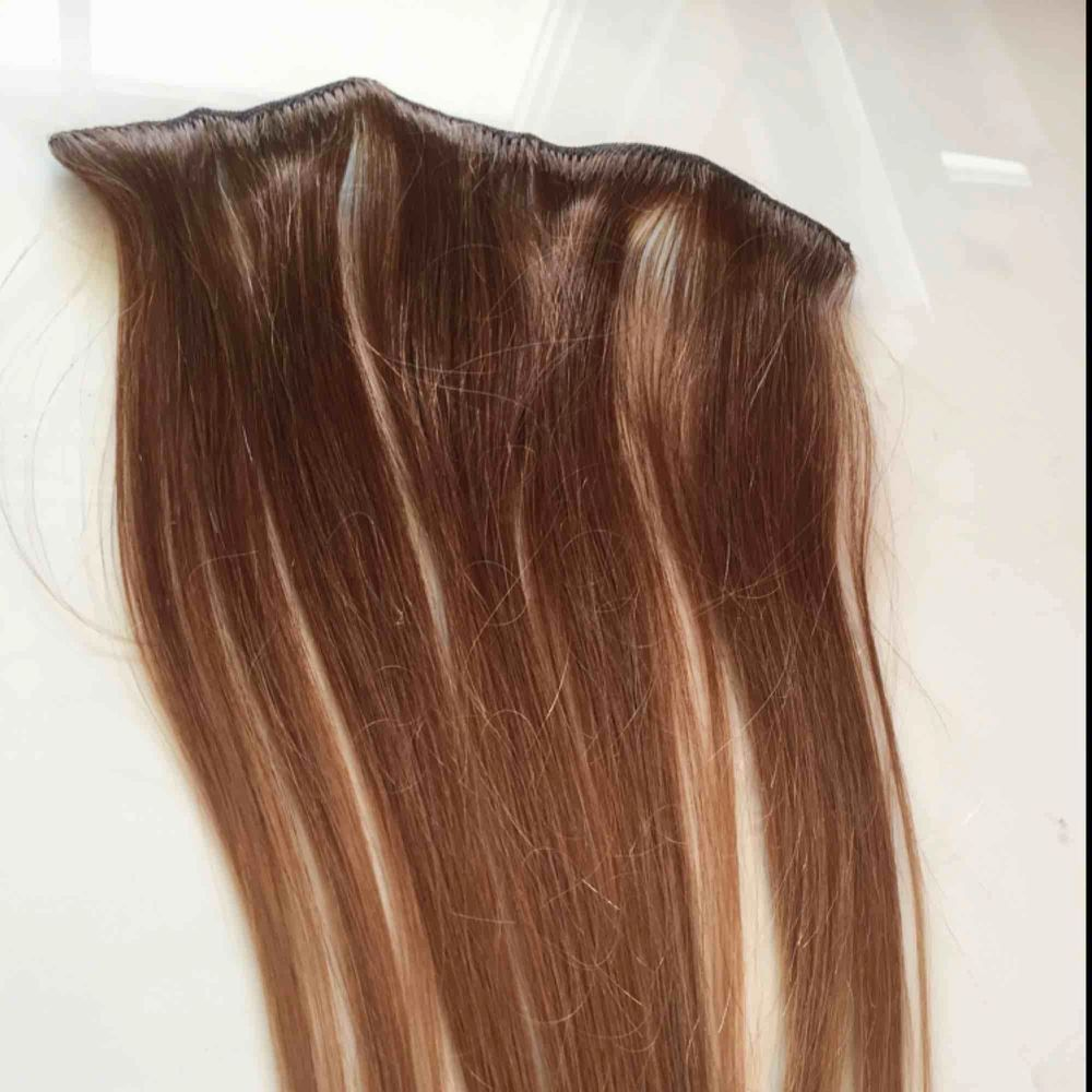Beautiful natural unused clip in hair extension brown/ombré  With 5 clips. 25cm wide and 45cm long. Giving away because I can't use extensions.pm for more pics! . Accessoarer.