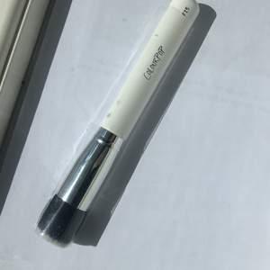 Ny colourpop borste! Kabuki brush i helt nyskick! Köptes för 10 dollar + till (på över 80kr) och frakt, säljes nu för 150kr inkluderad frakt (på 44kr)💕