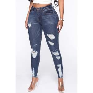 Säljer mina OANVÄNDA jeans från fashion Nova i stl 7 som då är s/m, det är inte jätte stretchiga så skulle sagt att de passar bättre som S.