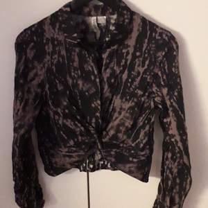 En tröja i batik lite mer som en skjorta med en liten knut på framsidan