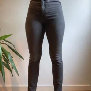 Riktiga snygg högmidjade svarta jeans utan hällor. Knappt använda (knappt 10 gånger) och säljs då de inte passar. Priset kan diskuteras och fler bilder kan skickas vid intresse. 🥰 (färgen är svart och inte som på sista bilden)