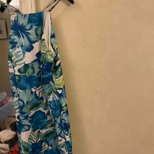 En söt sommar klänning som är använd få gånger passar perfekt för en utgång eller uteservering kläd stil.