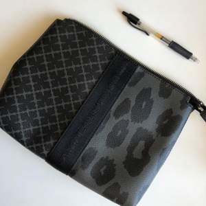 Clutch från By Malene Birger i modell Dippy i storlek som en iPad, se bilden med pennan för referens. Dustbag medföljer och kvitto finns.