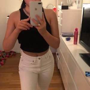 Ett par vita jeans från weekday i storlek 26/30, säljer för 300kr + 66kr frakt! För små för mig därför min kompis bär dom på bilden!🥰