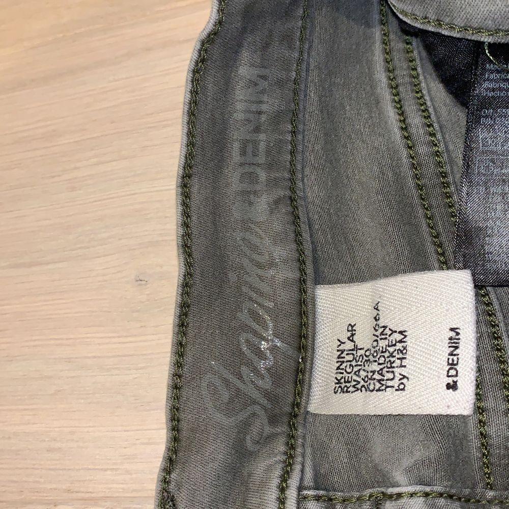 Grå högmodjade denim jeans, klippt dom där nere vi fötterna själv, säljer då dom aldrig kmr till användning💞. Jeans & Byxor.