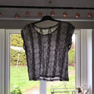 Mönstrad t-shirts, använd 5 gånger knappt.  Köpt på lager 157. Frakten ingår inte! 🙂