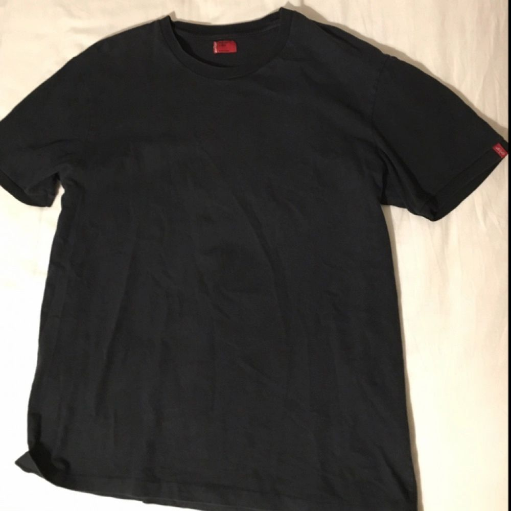 En äkta snygg Levis T-shirt  Sparsamt använd Möts upp vid intresse! . T-shirts.