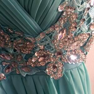 Superfin turkos balklänning med inbyggd bh. Använd endast 1 gång på min bal